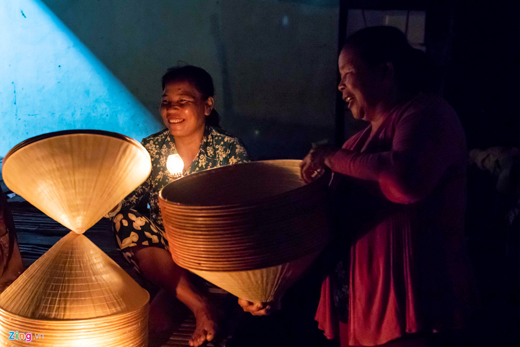 Chợ nón thắp đèn dầu mua bán từ nửa đêm - Hình 6