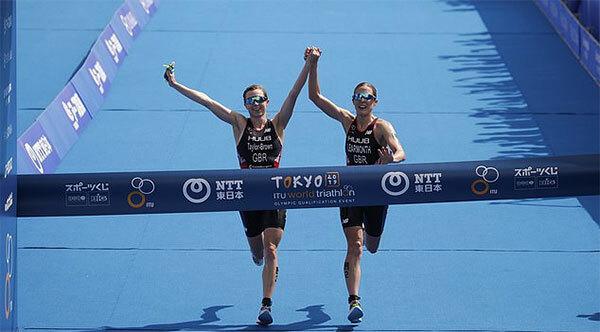 Hai nữ VĐV mất chức vô địch vì nắm tay nhau về đích - Hình 1