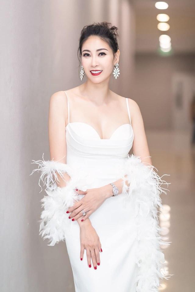 Hoa hậu Hà Kiều Anh mặc váy đẹp như thiên nga, cả showbiz ngước nhìn - Hình 1