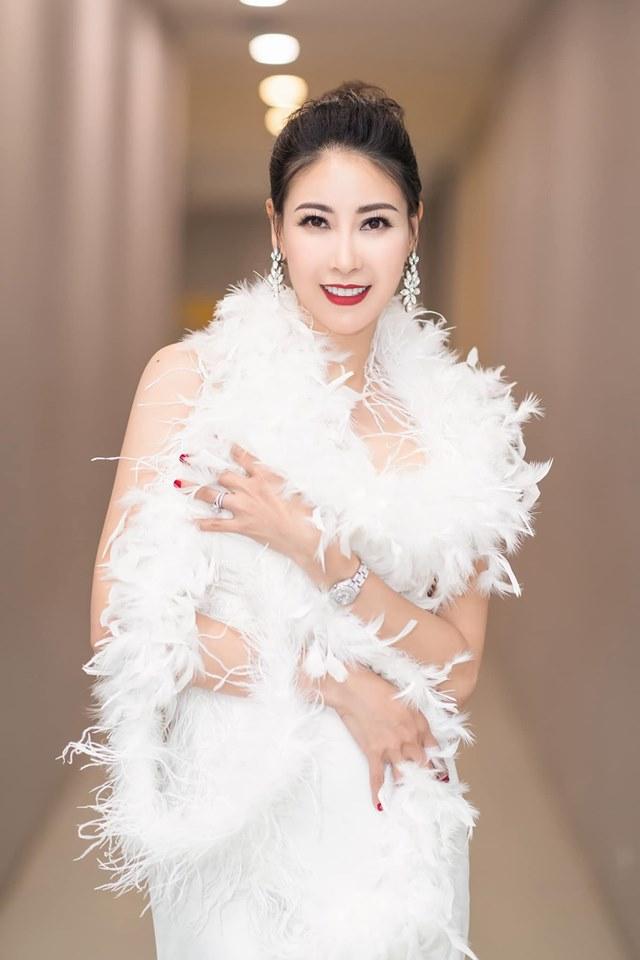 Hoa hậu Hà Kiều Anh mặc váy đẹp như thiên nga, cả showbiz ngước nhìn - Hình 2