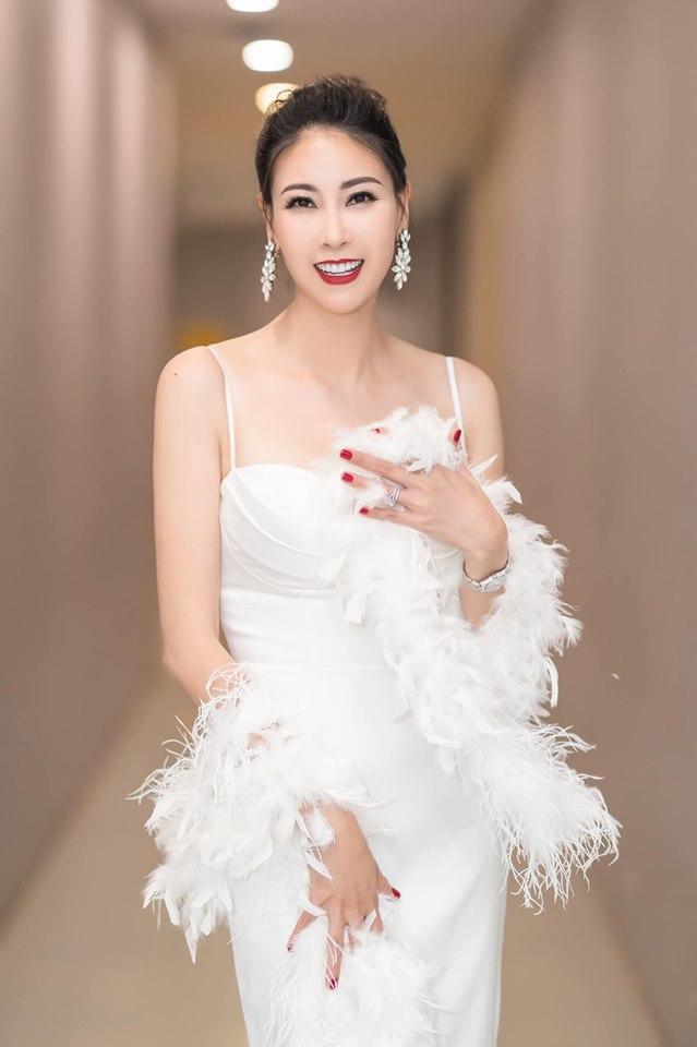 Hoa hậu Hà Kiều Anh mặc váy đẹp như thiên nga, cả showbiz ngước nhìn - Hình 5
