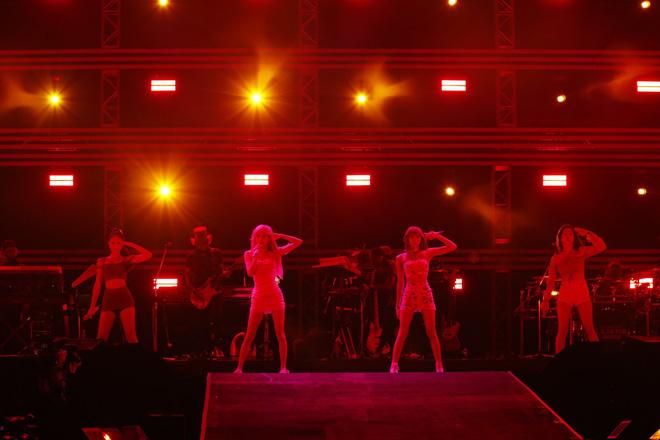 Lần đầu biểu diễn sau khi kết thúc World Tour, BLACKPINK lại làm dấy lên tranh cãi Jennie và những người bạn? - Hình 6