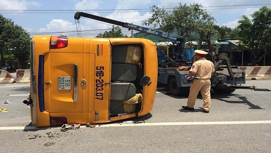 Lật xe khách ở Bình Dương, ít nhất 10 người bị thương - Hình 1