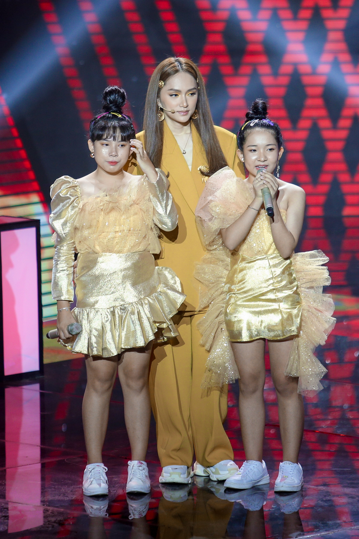 The Voice Kids: Hương Giang bật khóc nức nở giữa sân khấu khiến Lưu Thiên Hương phải rời ghế sang dỗ dành - Hình 18
