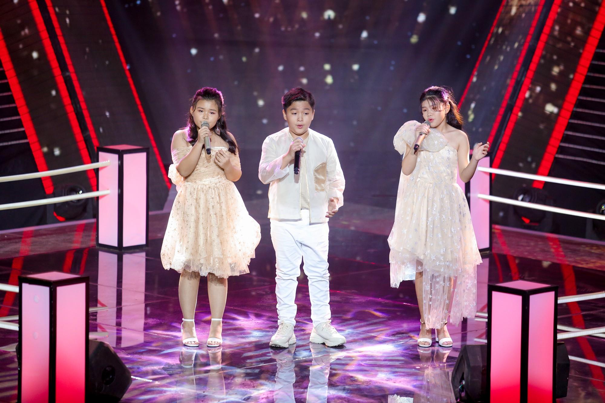 The Voice Kids: Hương Giang bật khóc nức nở giữa sân khấu khiến Lưu Thiên Hương phải rời ghế sang dỗ dành - Hình 5