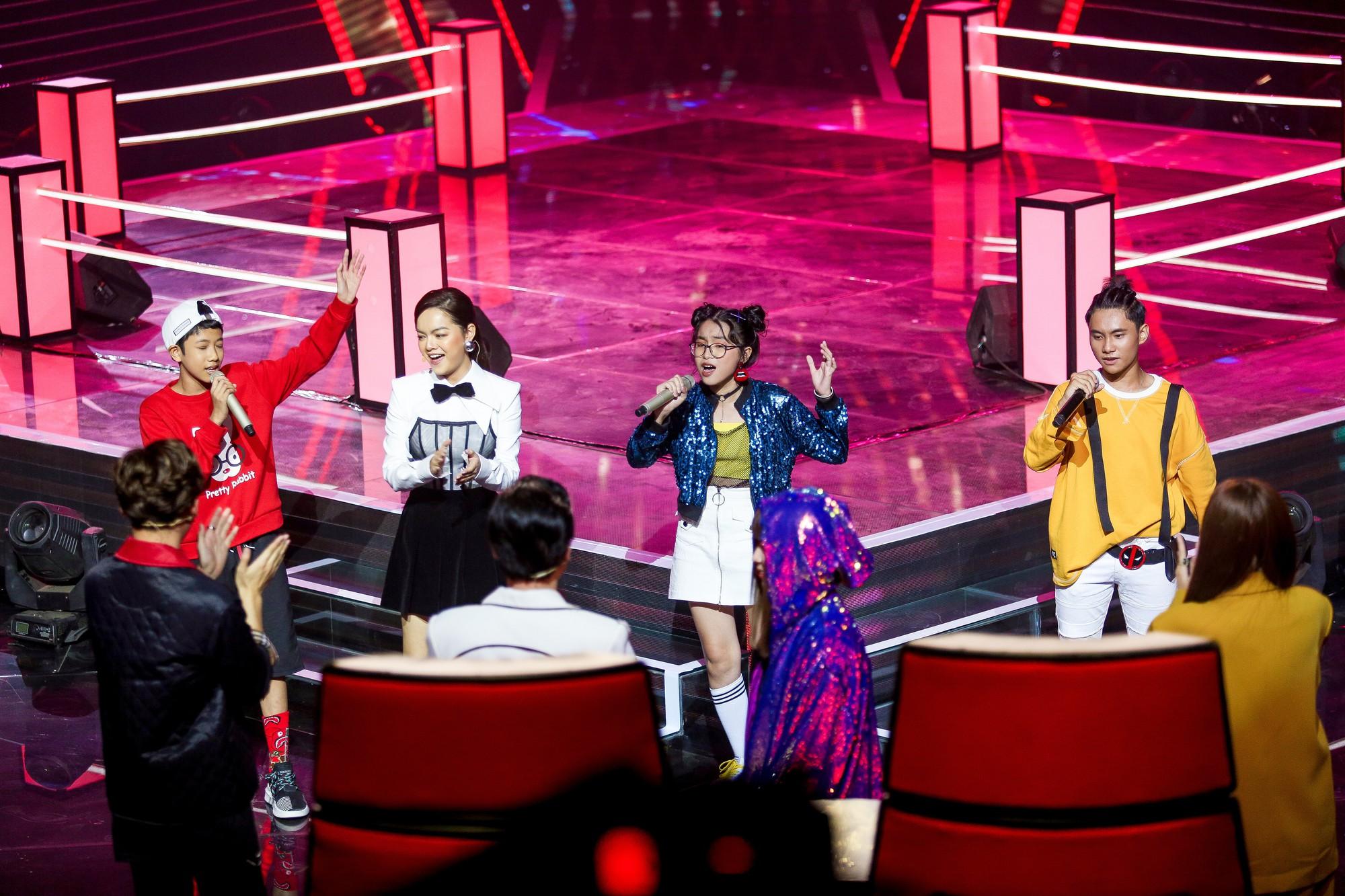 The Voice Kids: Hương Giang bật khóc nức nở giữa sân khấu khiến Lưu Thiên Hương phải rời ghế sang dỗ dành - Hình 21