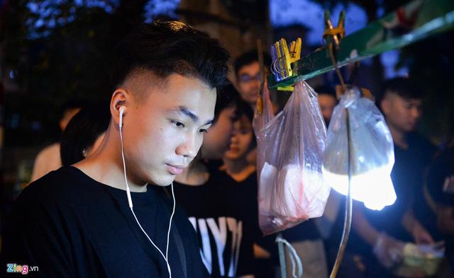 Xếp hàng lúc rạng sáng để mua bánh mì hổ lốn ở Hà Nội - Hình 6