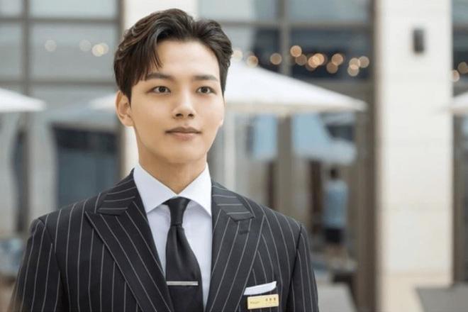 5 khoảnh khắc cưng muốn xỉu của quản lí Yeo Jin Goo (Hotel Del Luna): Hết cà khịa CEO đến hát Bầy-bị-Shark dỗ ma nhi đồng - Hình 1