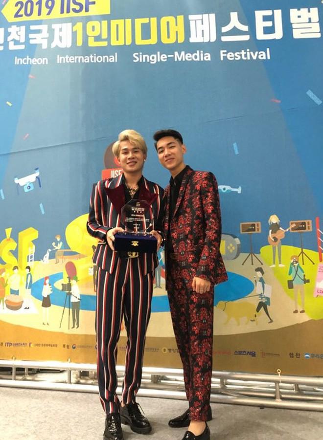 Độc quyền: Không chỉ trên sân khấu, Jack và K-ICM bình thường cũng liên tục diện đồ đôi, có nhiều cử chỉ cực thân thiết tại Hàn Quốc - Hình 7