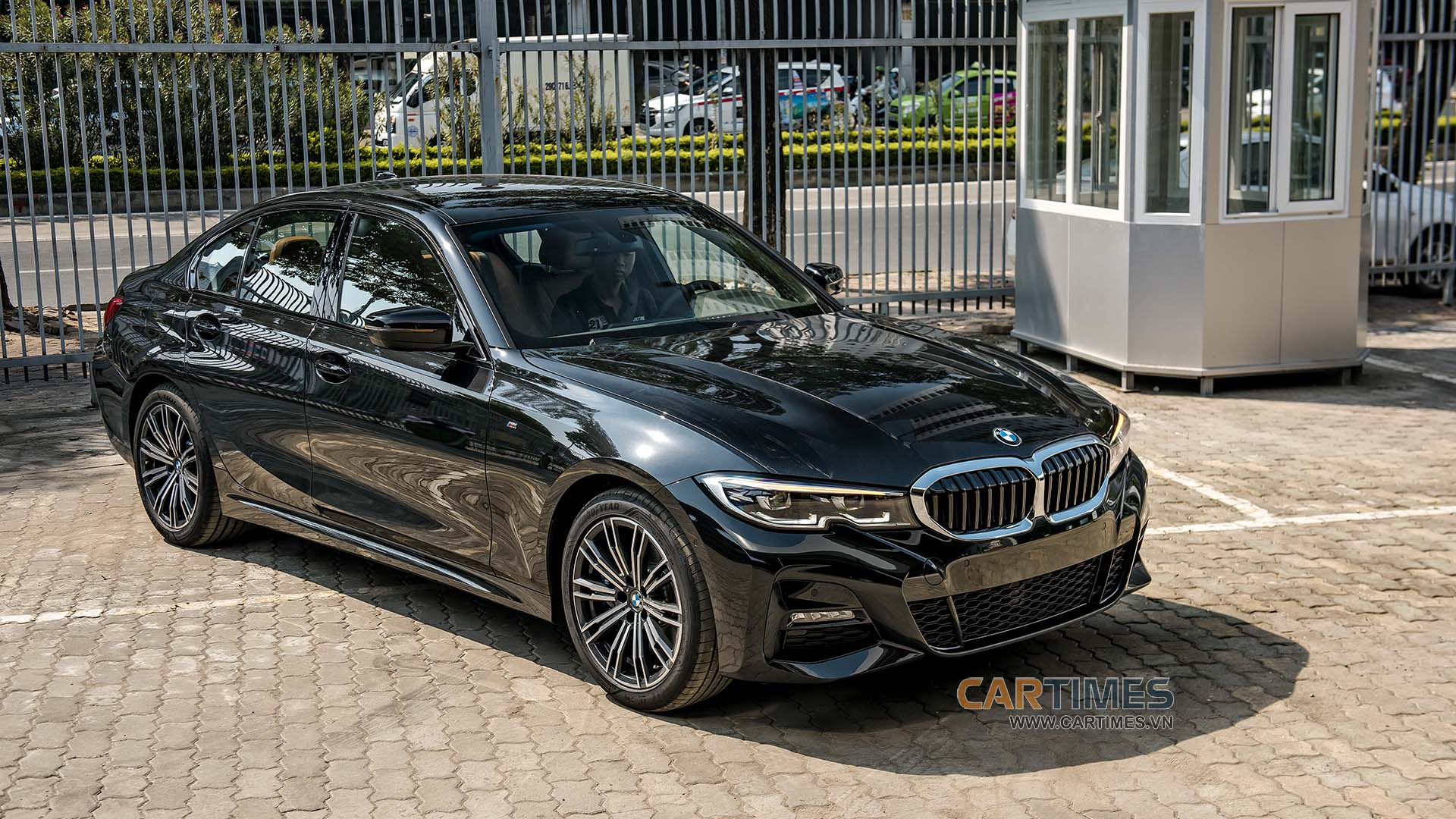 Gần 2,4 tỷ đồng, BMW 330i M Sport tại Việt Nam trang bị những gì? - Hình 1