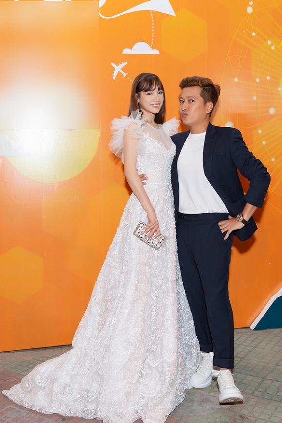 Nhã Phương diện đầm trắng như công chúa, được chồng bế bổng xuống sân khấu - Hình 2