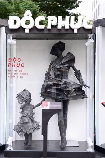 Phố đi bộ Nguyễn Huệ xuất hiện bộ sưu tập thời trang không ai muốn mặc - Hình 6