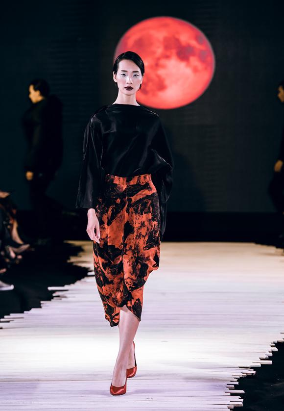 Dàn mẫu bịt mặt catwalk trong show Devon Nguyễn - Hình 6