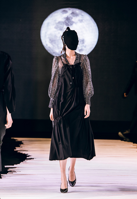 Dàn mẫu bịt mặt catwalk trong show Devon Nguyễn - Hình 1