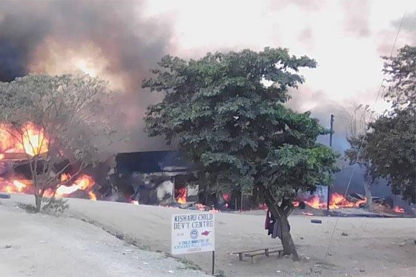 Uganda : Nổ xe tải chở xăng dầu có nguy cơ gây thương vong lớn - Hình 1