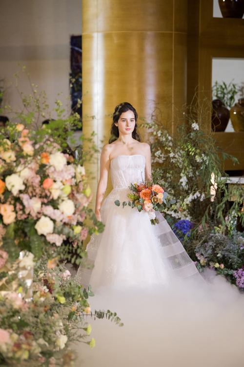 13 mẫu váy giúp cô dâu hóa thành nàng công chúa hiện đại - Hình 4