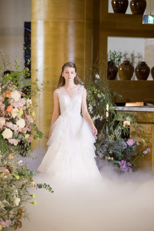 13 mẫu váy giúp cô dâu hóa thành nàng công chúa hiện đại - Hình 9