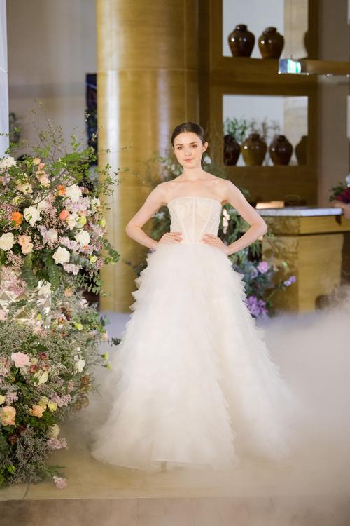 13 mẫu váy giúp cô dâu hóa thành nàng công chúa hiện đại - Hình 10