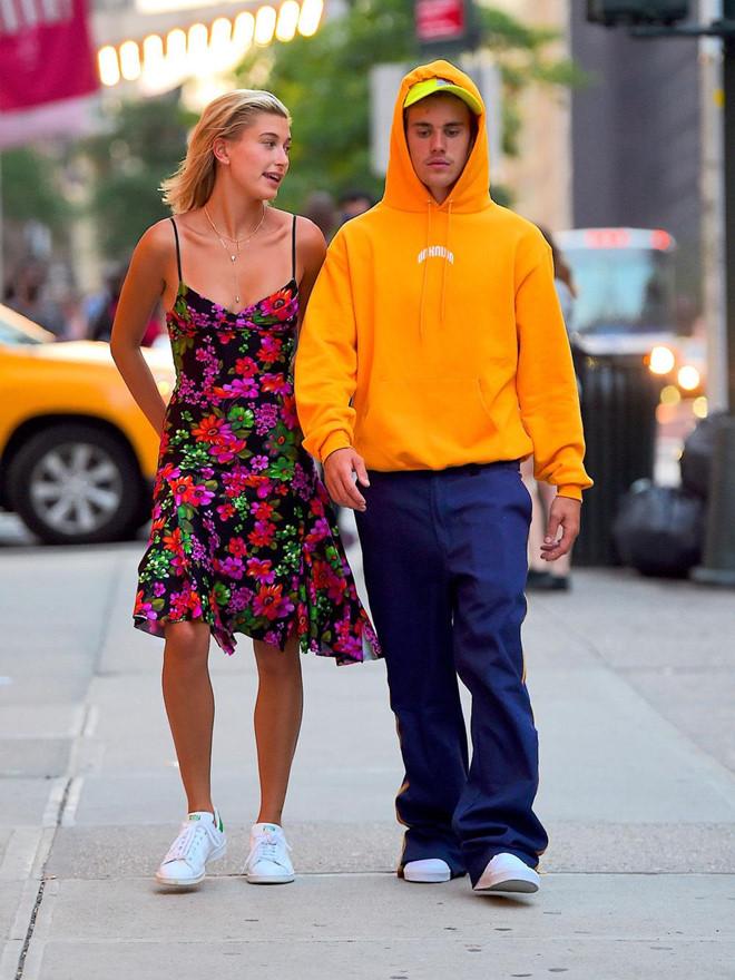 Justin Bieber xuống phố trông như ông chú dù vợ ăn diện xinh đẹp - Hình 10