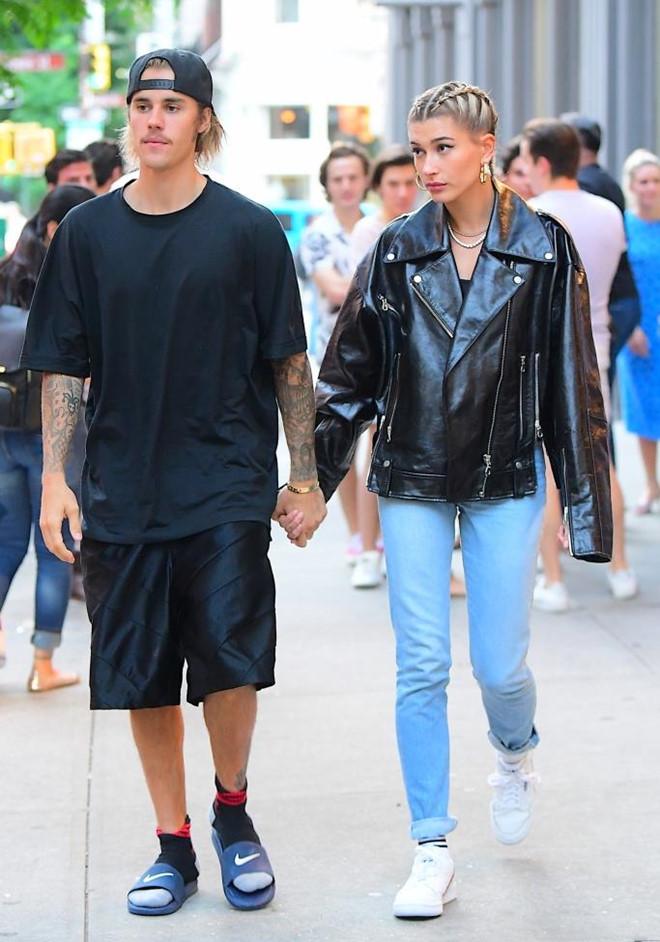 Justin Bieber xuống phố trông như ông chú dù vợ ăn diện xinh đẹp - Hình 7