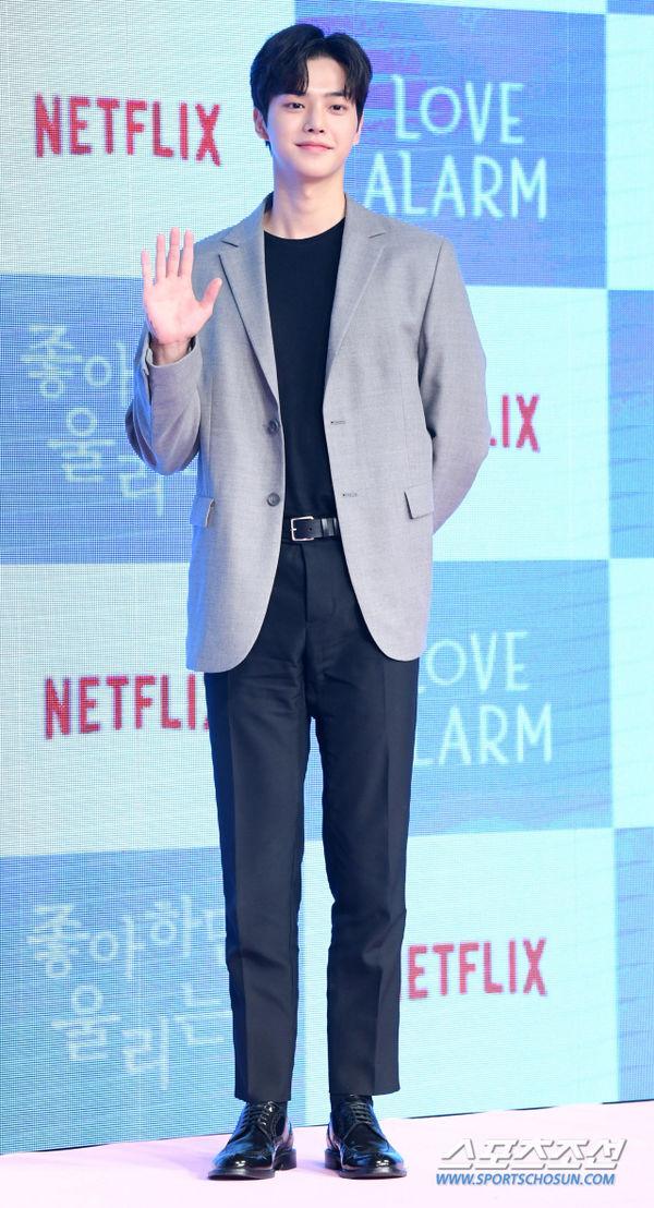 Họp báo Love Alarm: Kim So Hyun rạng rỡ bên Song Kang và Jung Ga Ram - Hình 9
