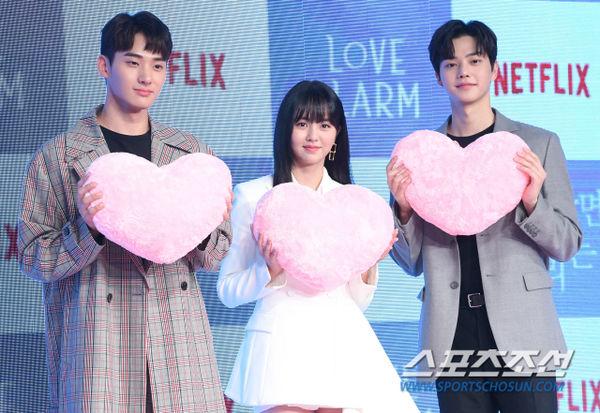 Họp báo Love Alarm: Kim So Hyun rạng rỡ bên Song Kang và Jung Ga Ram - Hình 2