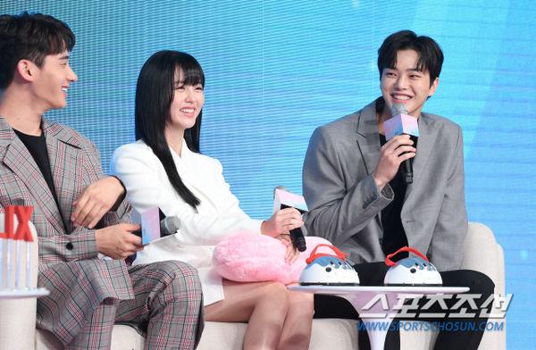 Họp báo Love Alarm: Kim So Hyun rạng rỡ bên Song Kang và Jung Ga Ram - Hình 3