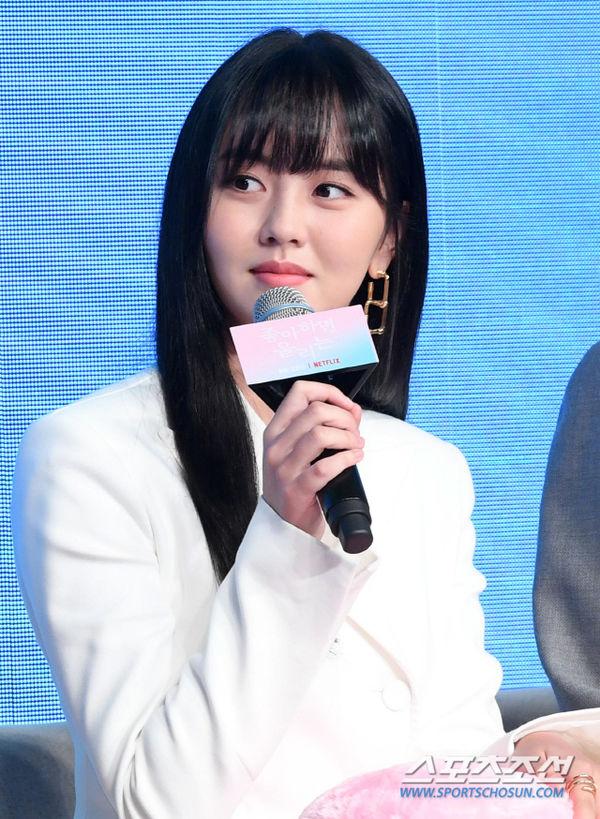Họp báo Love Alarm: Kim So Hyun rạng rỡ bên Song Kang và Jung Ga Ram - Hình 5
