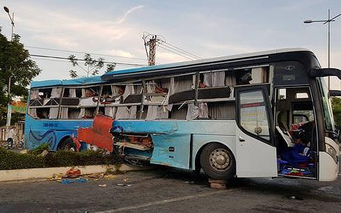 2 xe giường nằm tông nhau, 25 người thương vong - Hình 1