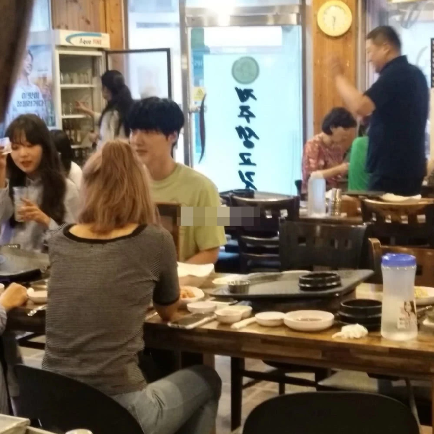 Ahn Jae Hyun lộ ảnh thân thiết bên 3 cô gái lạ sau khi bị nàng Cỏ Goo Hye Sun tố ngoại tình - Hình 2