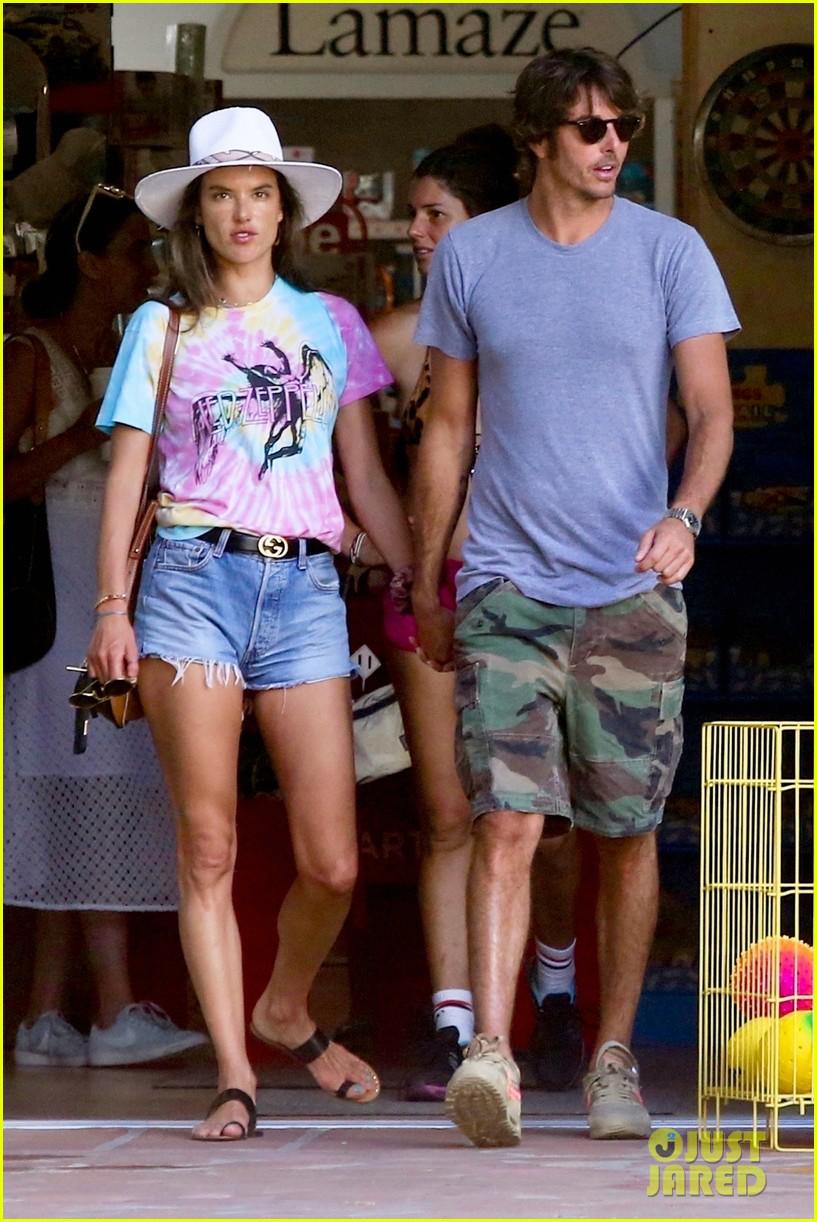 Alessandra Ambrosio ngọt ngào khóa môi bạn trai ngay trên phố - Hình 7