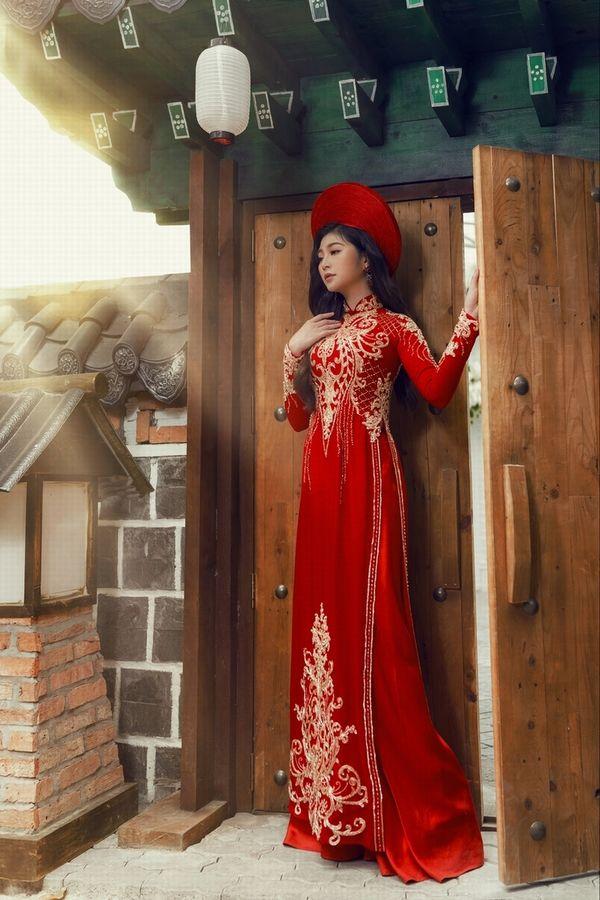 Áo dài ăn hỏi giúp cô dâu khoe trọn combo eo thon ngực nở gợi cảm - Hình 9