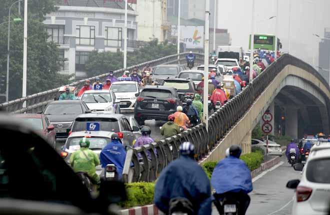 Hà Nội tắc đường khủng khiếp, người dân chôn chân dưới mưa - Hình 9