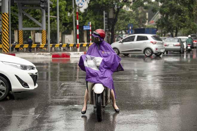 Hà Nội tắc đường khủng khiếp, người dân chôn chân dưới mưa - Hình 11