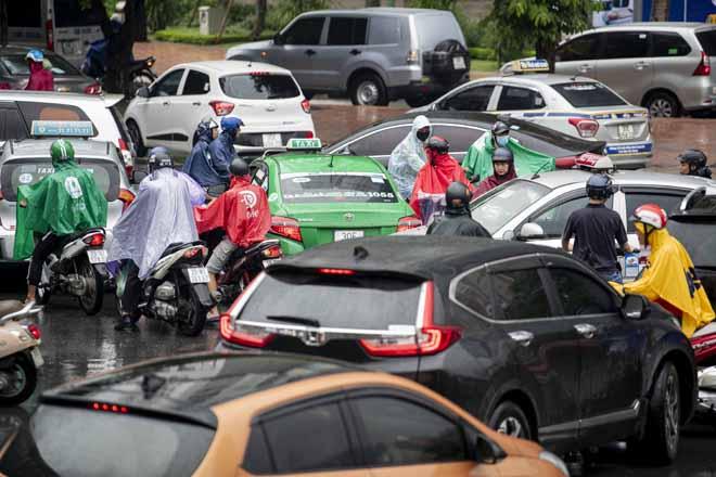 Hà Nội tắc đường khủng khiếp, người dân chôn chân dưới mưa - Hình 12
