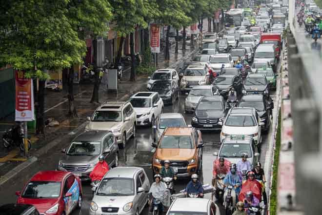 Hà Nội tắc đường khủng khiếp, người dân chôn chân dưới mưa - Hình 1