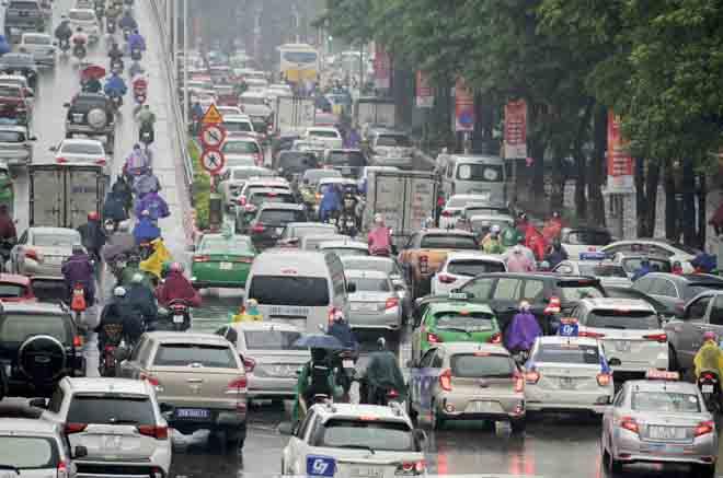 Hà Nội tắc đường khủng khiếp, người dân chôn chân dưới mưa - Hình 8