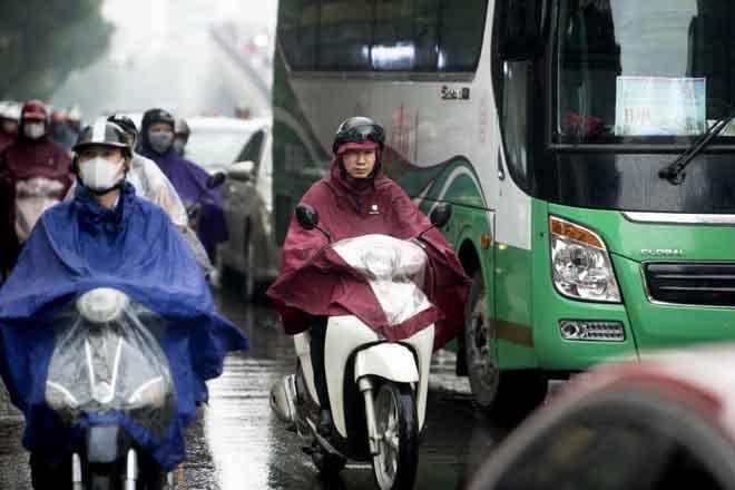 Hà Nội tắc đường khủng khiếp, người dân chôn chân dưới mưa - Hình 3