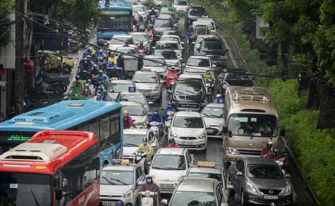 Hà Nội tắc đường khủng khiếp, người dân chôn chân dưới mưa - Hình 10