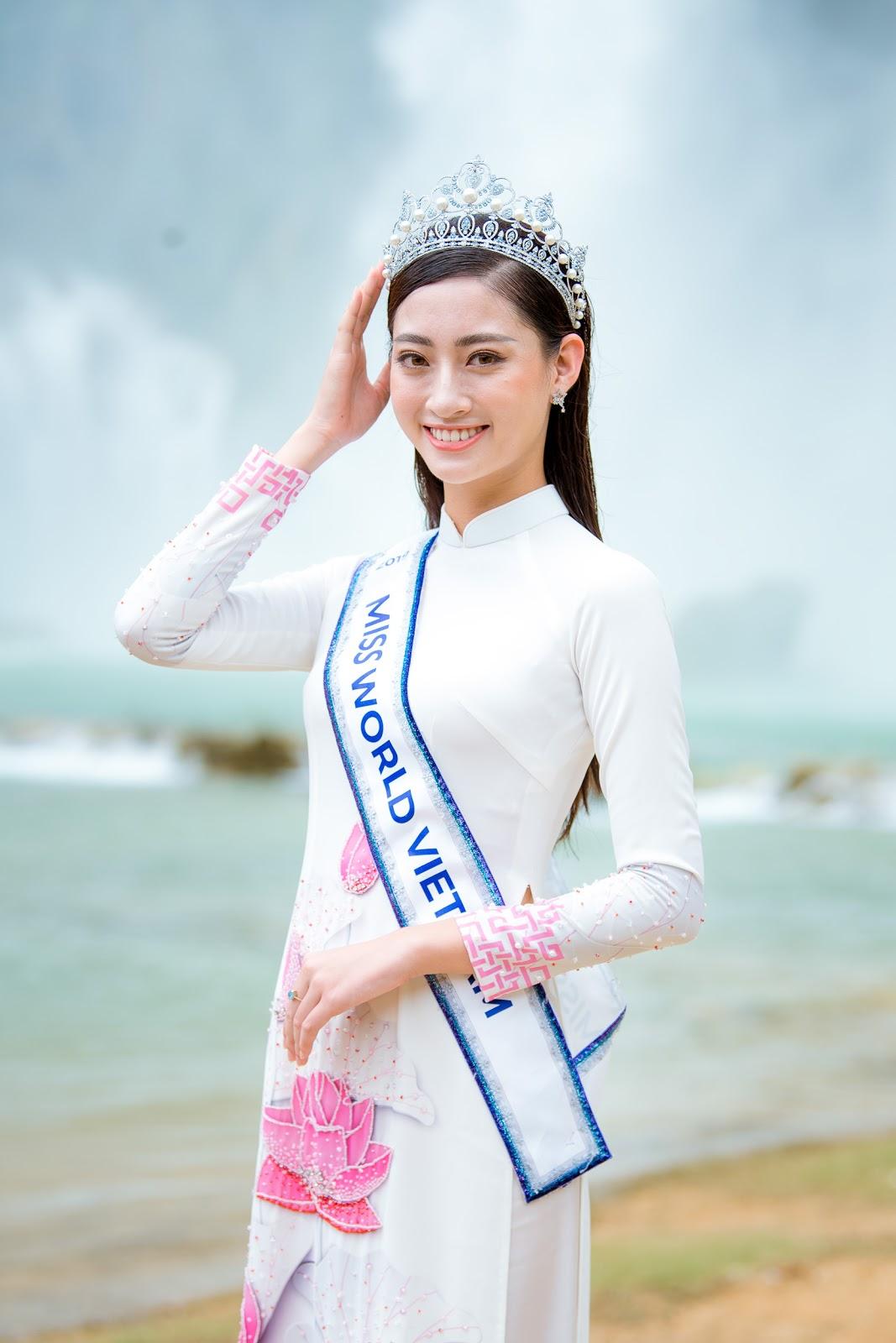 Hoa hậu Lương Thùy Linh diện áo dài thả dáng giữa đất trời Cao Bằng  - Hình 11