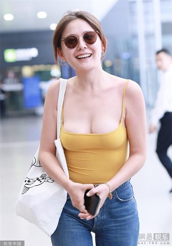 Mỹ nhân Tân Cương gây tranh cãi vì mặc hở ở sân bay - Hình 2