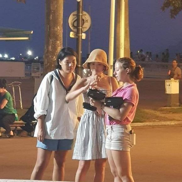 Không còn là người phụ nữ của Song Joong Ki, Song Hye Kyo mặc hở bạo du hí Pháp - Hình 1