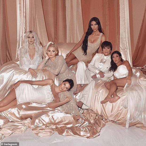 Kim Kardashian bị photoshop lỗi, xuất hiện 6 ngón chân - Hình 2