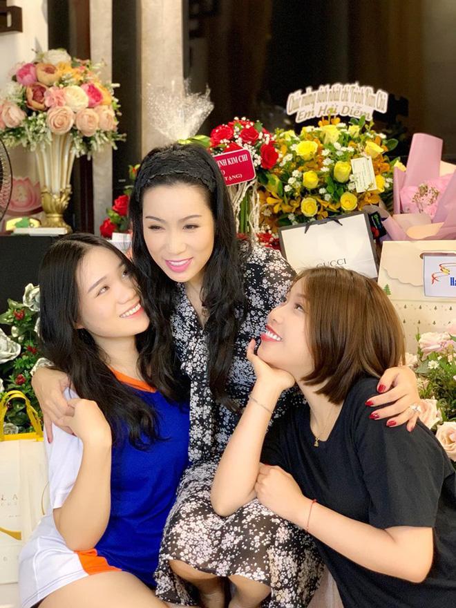 Mới 16 tuổi, con gái Trịnh Kim Chi đã ra dáng thiếu nữ xinh đẹp, chiếm trọn spotlight trong tiệc sinh nhật mẹ - Hình 3