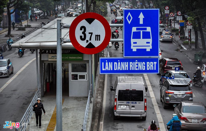 Người đàn ông nước ngoài chặn không cho ôtô đi vào làn BRT ở Hà Nội