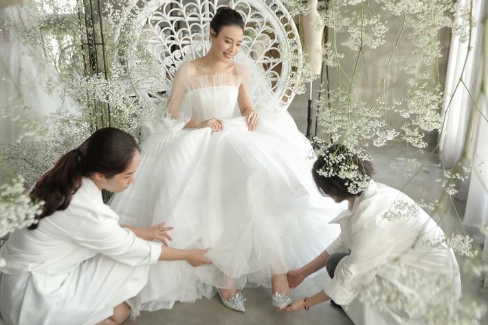 Nhã Phương đẹp tuyệt trần trong sắc trắng tinh khôi, nhưng sao chiếc đầm lại hao hao váy cưới của Đàm Thu Trang thế này? - Hình 8