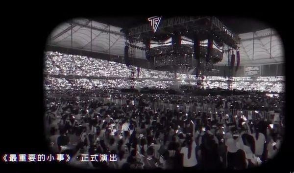 Studio Vương Tuấn Khải chỉnh ảnh thành đen trắng che giấu sự thiếu hụt fan only trong concert kỷ niệm TFBoys - Hình 10