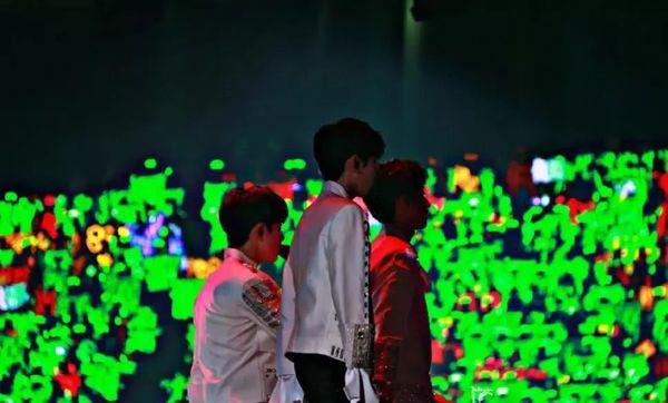 Studio Vương Tuấn Khải chỉnh ảnh thành đen trắng che giấu sự thiếu hụt fan only trong concert kỷ niệm TFBoys - Hình 5