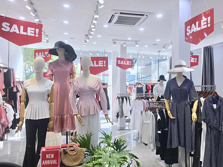 Thế nào là shopping khôn ngoan: Là tranh thủ đợt sale cuối hè mà sắm ngay đồ cho thu tới! - Hình 1