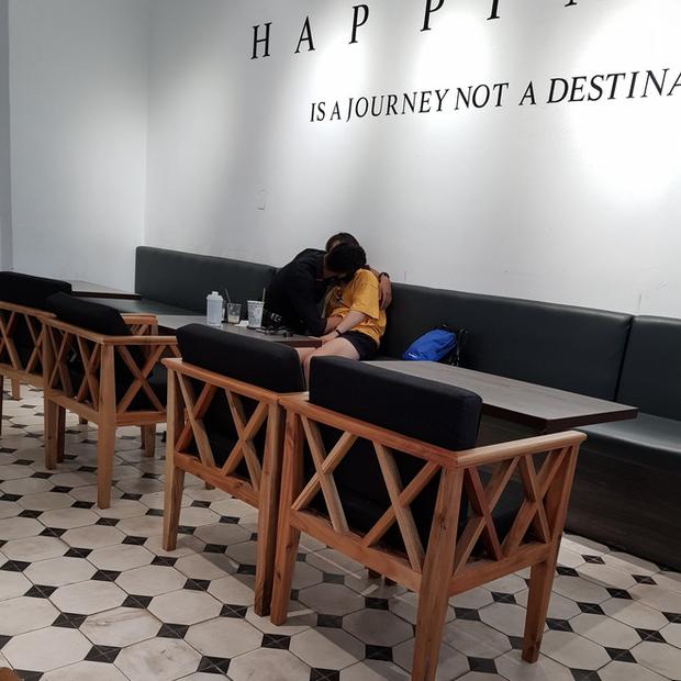 Thêm một quán trà sữa ở TP HCM trở thành không gian lý tưởng cho đôi bạn trẻ 'thò tay khám phá' - Hình 1